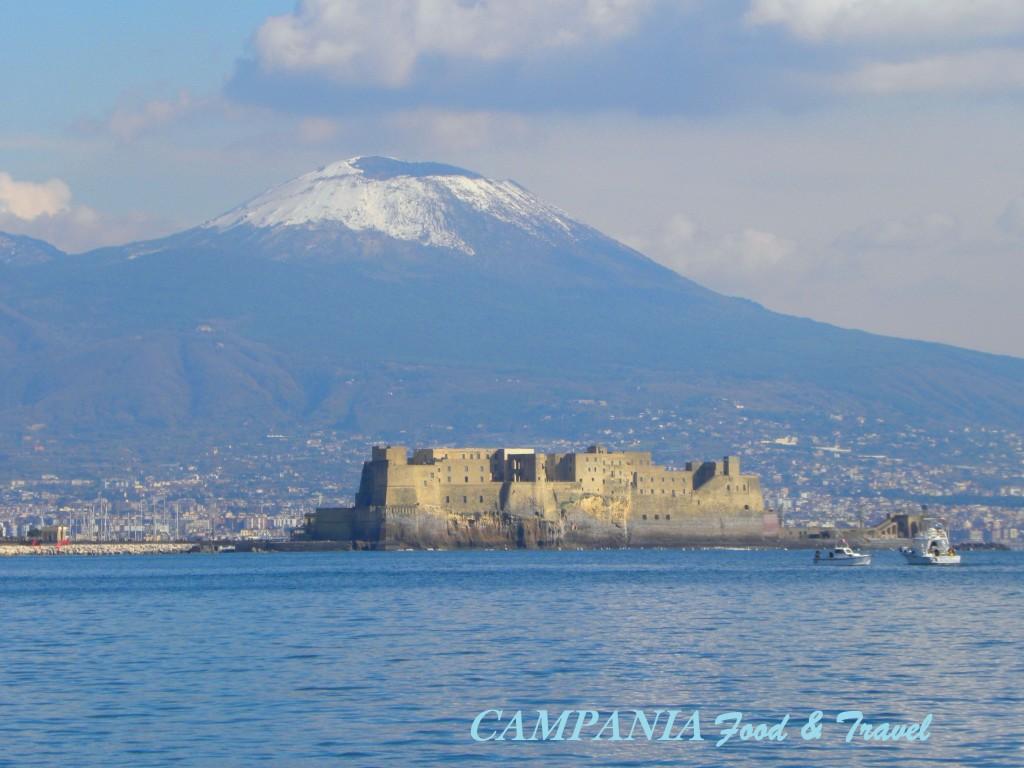Castel dell'Ovo con il Vesuvio alle spalle