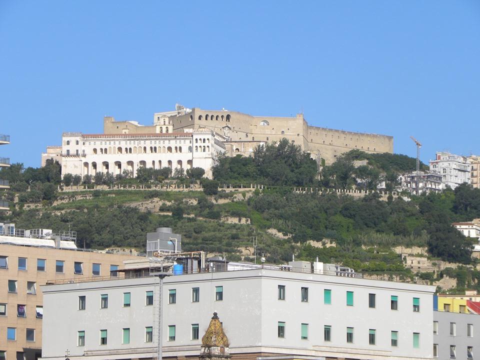Visione della figura imponente del Castelo sul colle Sant'Elmo