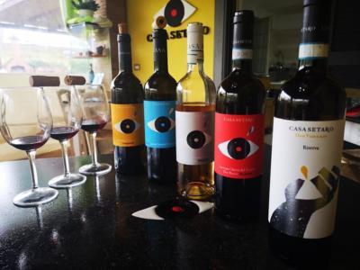 Bottiglie e bicchieri di vino casa setaro