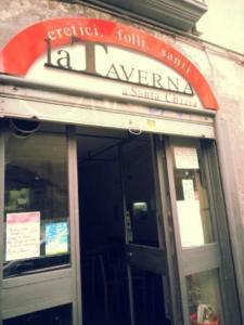 Esterno la Taverna a Santa Chiara