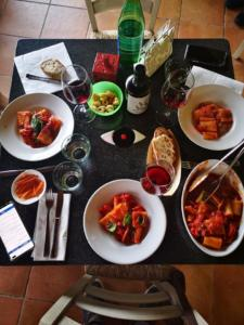 Tavola allestita per pranzo casa setaro