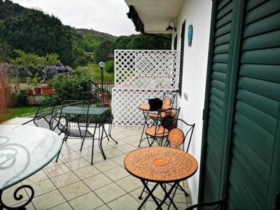spazio esterno camere con tavolini BeB Villa Maredona